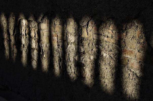 Giochi di luce sul vecchio muro.... di LASER19