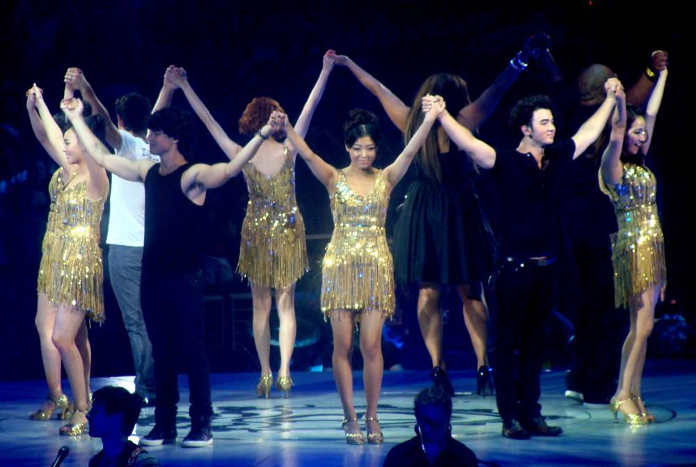Die JONAS BROTHERS u.a. performen im Staples Center