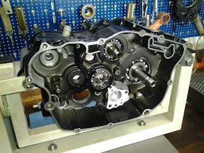 Photo: Da Yamaha nicht mehr kplt. für diesen Motor E.Teile liefern kann mußten wir uns bei der Ölpumpe was einfallen lassen. Nach ein paar Umbauarbeiten läuft da jetzt eine KTM Pumpe drin ;-)