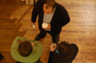 Photo: La soirée Champlain, c'est aussi des discussions animées autour d'une bonne bière!