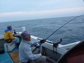 """Photo: 今日は「サメ」に気づかれず釣る作戦を実践してます! 一投目、フィーッシュの""""イノウエさん""""!"""