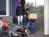 Speurders nemen twee dozen met documenten in beslag in het kader van het onderzoek naar de transfer van Mitrovic