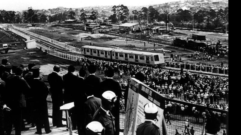 Imagem da cerimônia simbólica realizada na Estação Jabaquara, em 1972