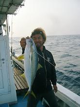 Photo: ・・・スイマセン。 オープニングキャッチの船頭さん。