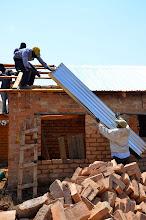 Photo: Střecha na domě bezrukého Romanuse Kimechy rychle přibývá.