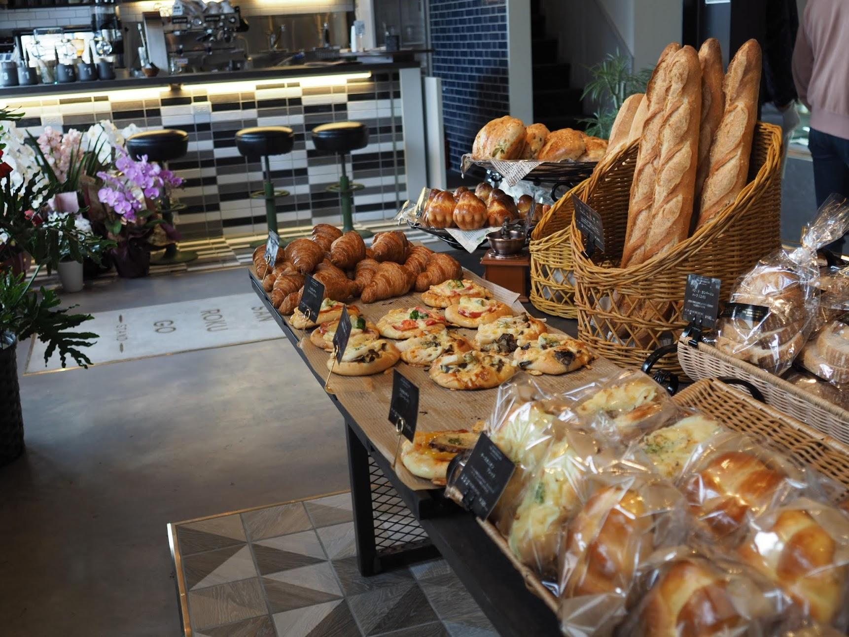 パンやデザートが並ぶ