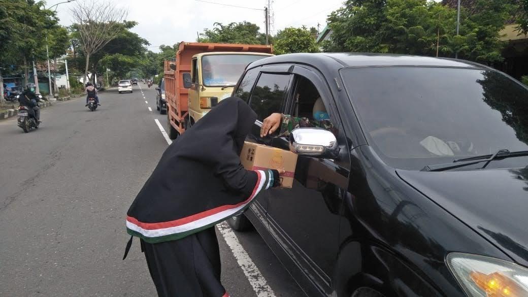 Galang Dana, Relawan 24 Jam Magetan di Perempatan Gorang – Gareng dan Pasar Kawedanan