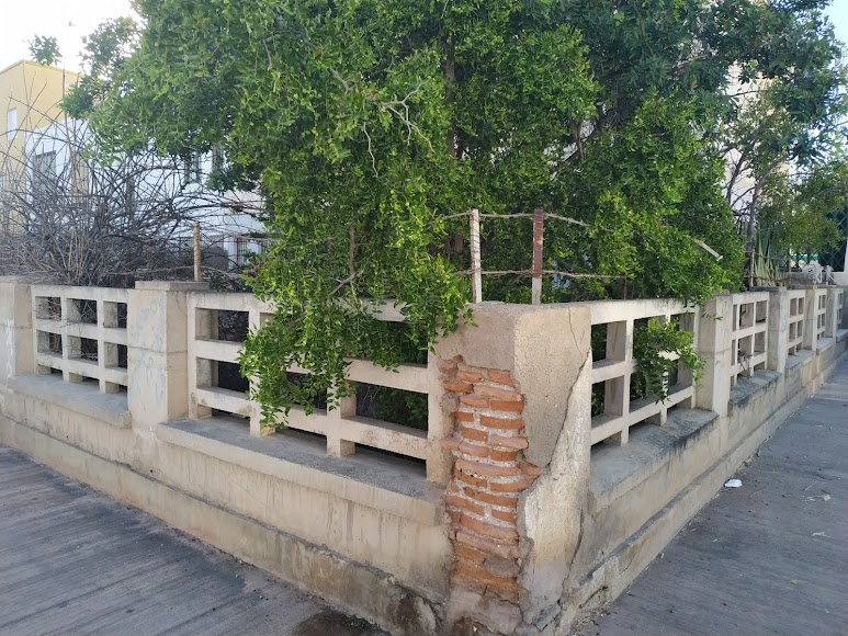 Vivienda que conserva tanto el jardín como las vallas originales