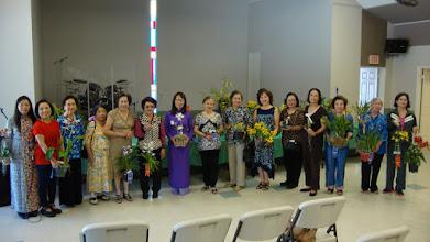 Photo: Các hội viên lên chung vui và cùng chụp hình với lan.