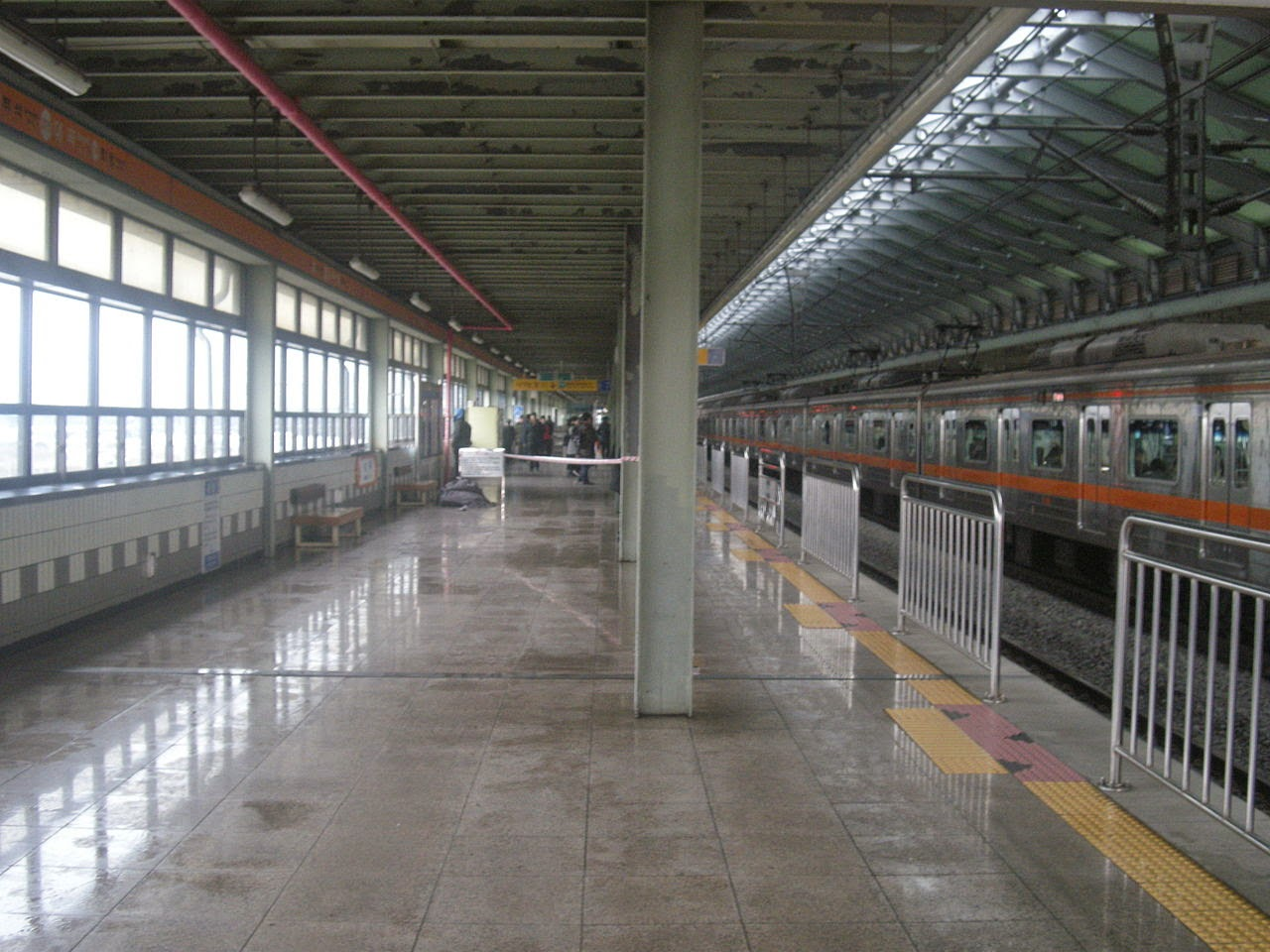 Photo: 일산선 대곡역 대화 방면 승강장 イルサン(一山)線テゴク(大谷)駅テファ(大化)方面ホーム By 주행거리계 via Wikimedia Commons (CC BY-SA 3.0) http://commons.wikimedia.org/wiki/File:315_Daegok_Station_Platform_for_Daehwa.JPG?uselang=ja  ★画像使用記事 『グリーンフィッシュ』 http://inagara.octsky.net/green-fish