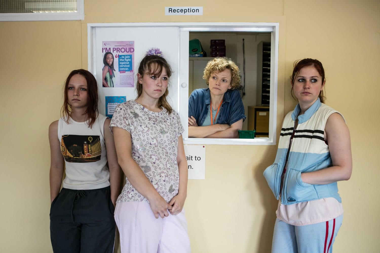 Un grupo de personas posando delante de una pared  Descripción generada automáticamente