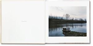 overdekt bootje op landtong in een rivier