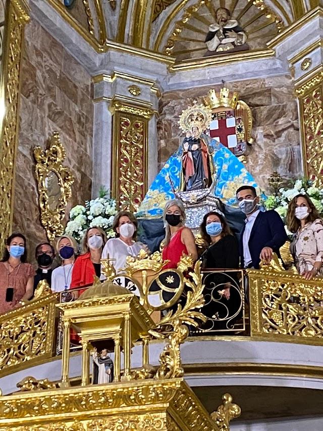 La consejera ha aprovechado su paso por Almería para visitar el Santuario de la Virgen del Mar.