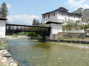 Photo: Der Dzong von Paro, im Hintergrund das Nationalmuseum
