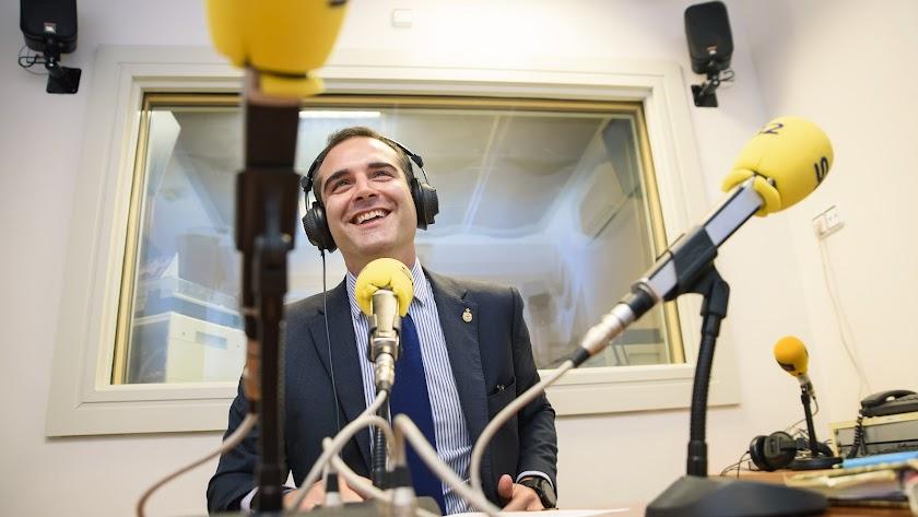 Ramón Fernández-Pacheco sonríe en los estudios de la Cadena SER.
