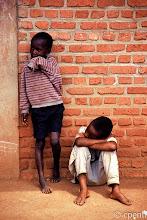 Photo: Gatenga (Rwanda) - Bambini che aspettano / Children waiting