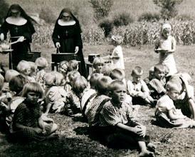 Photo: Las Hnas. con un grupo de niños para repartir el almuerzo