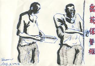 Photo: 發菸2012.08.03鋼珠筆+繪毛筆 有些人聽到我在監獄上班,就會露出詭異的笑容說:「油水很多喔!」想來是無可厚非,我們這些獄卒給人刻板印象大概很難扭轉。 在過去監獄有菸禁,香菸買賣轉入地下,有些監獄一包新樂園可以賣到二三百元,敢賺的人靠賣菸就大發利巿,馬英九當法務部長時菸禁解了,香菸就此成了檯面上的商品,法務部的做法也怪,香菸集中管理也就罷了,禁令都開放了還要限制一位收容人一天只能吸十支菸,監所為了鼓勵收容人戒菸還要發奬狀、增加懇親次數,不就是吸不吸菸嗎?管這麼多幹嘛呀!