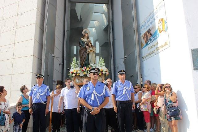 Santa Ana ante la puerta de la iglesia del Puerto.