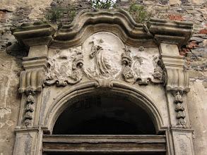 Photo: Winnica - zwieńczenie portalu w ruinach grangii.