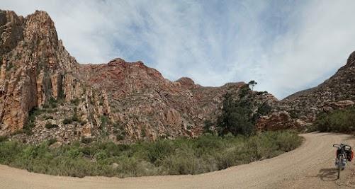 Rötliche Felsen im Nordanstieg des Swartberg Passes
