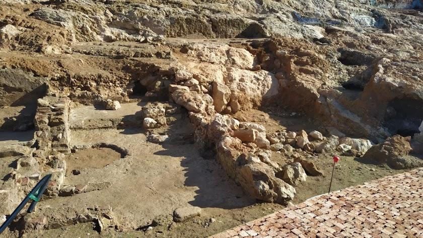 Restos de vivienda encontrada en la ladera del cerro