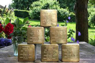 Photo: Stolpersteinen voor de zes Herwijnse mede-burgers die in 1943 zijn weggevoerd en vermoord in Sobibor.