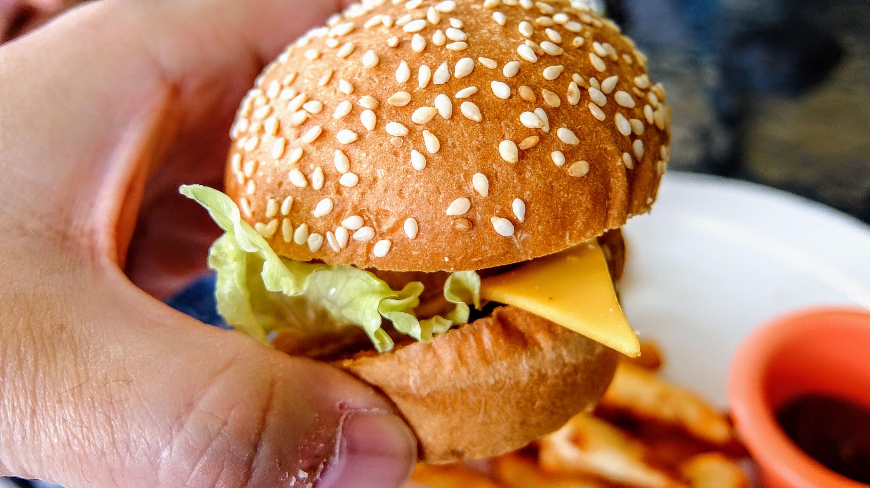 當當! 小漢堡得到! 這一個小漢堡內有一塊炸雞塊喔!