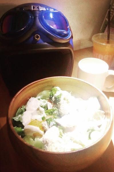 用餐空間寬敞,木碗沙拉好吃🥗