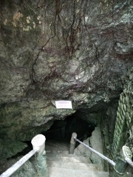 洞窟の入り口。この中に天然のプールがある。
