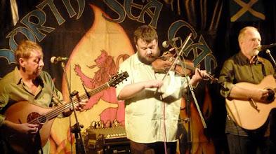Photo: Grant bei einem seiner Tunes, begleitet von Mac und Dave