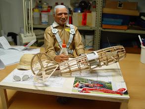 Photo: Hallo Leute, werde jetzt Mitglied bei der Pilotenvereinigung. Es reicht nicht dass ich für meinen Boss fliegen muss, jetzt darf ich auch noch seine Modelle bauen. Das geht einfach zu weit. Ein Dankeschön an Curt Conrad.