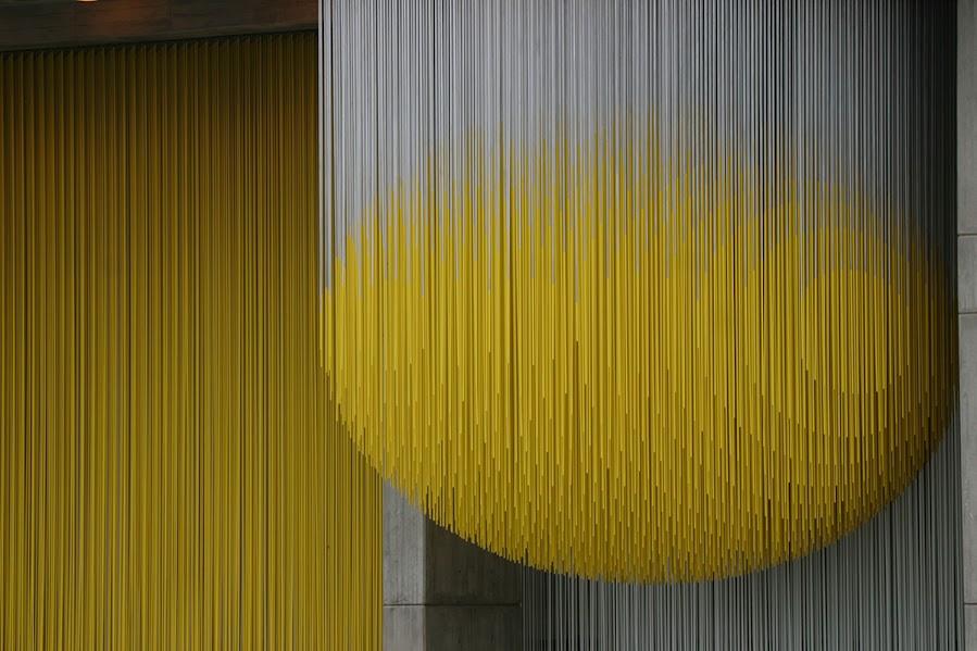 Detalle de la gran escultura tubular, una suerte de lluvia bicolor, del maestro Jesús Soto.