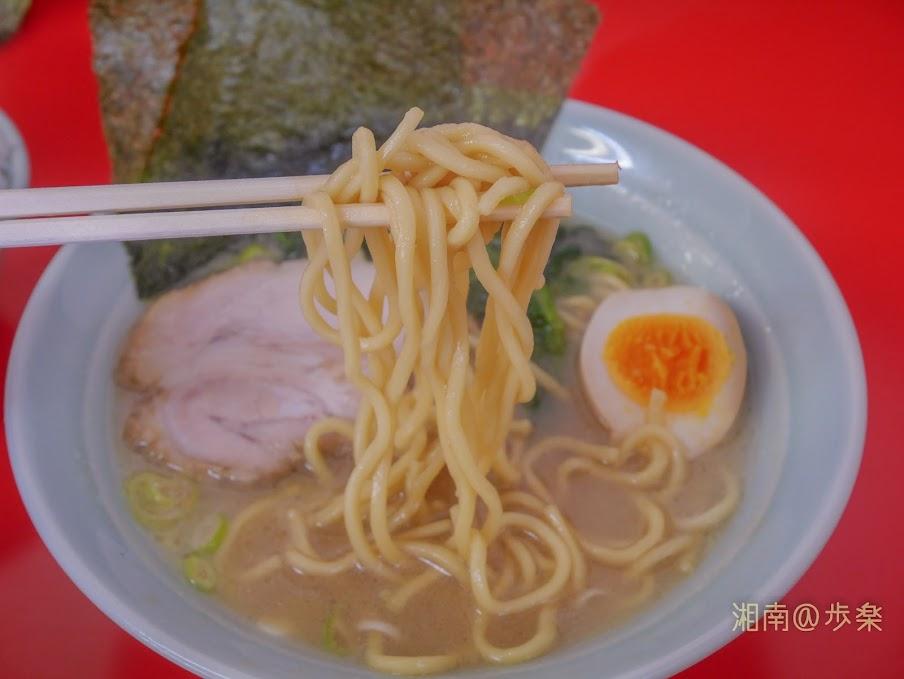 ラーメン海家 塩@650 丸山製麺の中太ストレート麺 固めに茹でられておりとろみのあるスープと合う