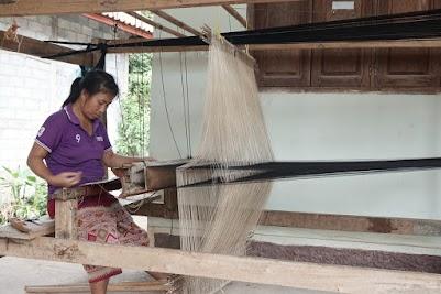 Webstühle sieht man in Laos noch häufig.