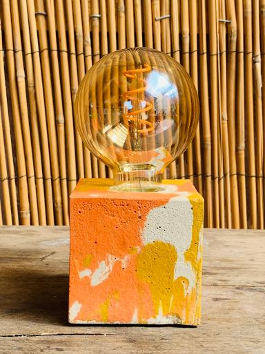 lampe cube au béton marbré couleur jaune et orange