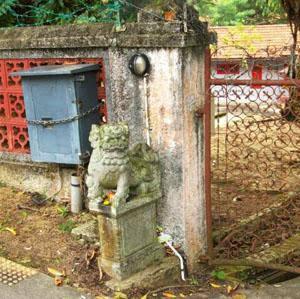 Leon de piedra en la entrada de la casa roja