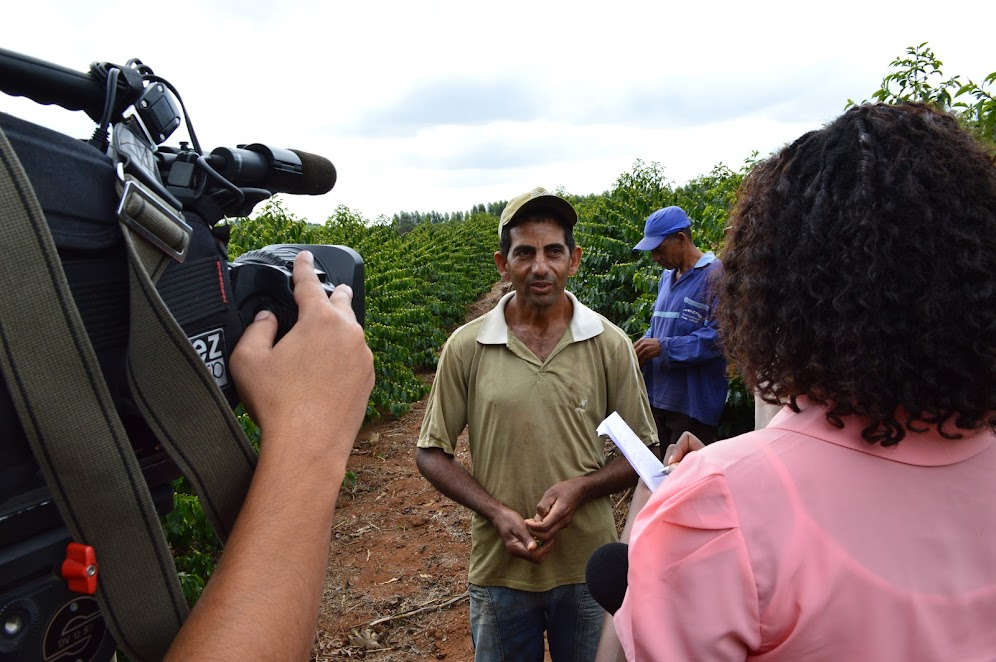 Equipe do Jornal da EPTV Sul de Minas entrevistando membros da Família Peixoto da comunidade Café Campinho de Santo Antônio do Amparo