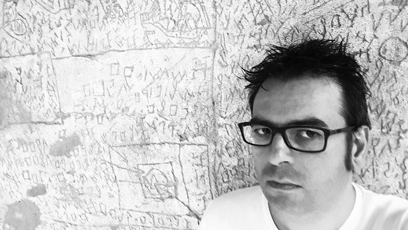 Raúl Quinto, junto al muro del hospital psiquiátrico de Volterra donde Nannetti escribió su libro.