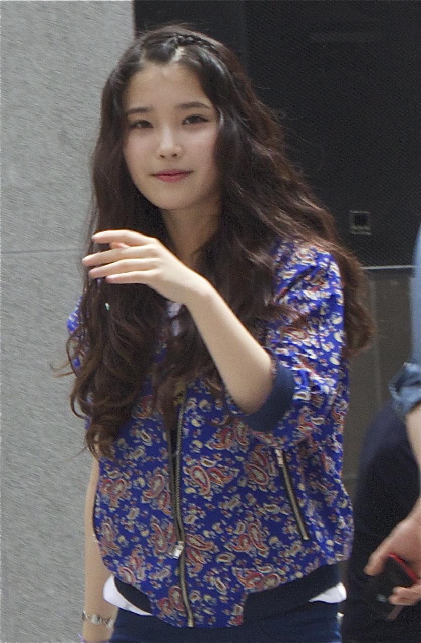 IU_Korean_Singer_at_G_By_Guess_Fansigning_2012-04-29_002