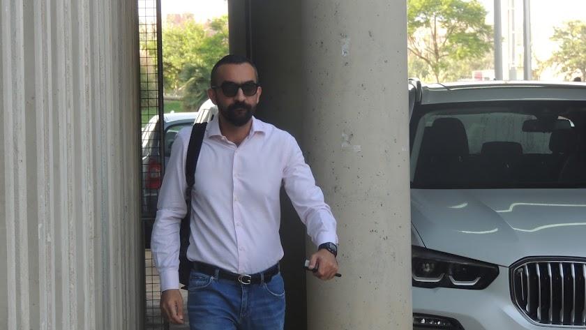 Mohamed El Assy, llegando al club.