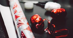 Envolver regalos es una de las ofertas de empleo para Navidad.