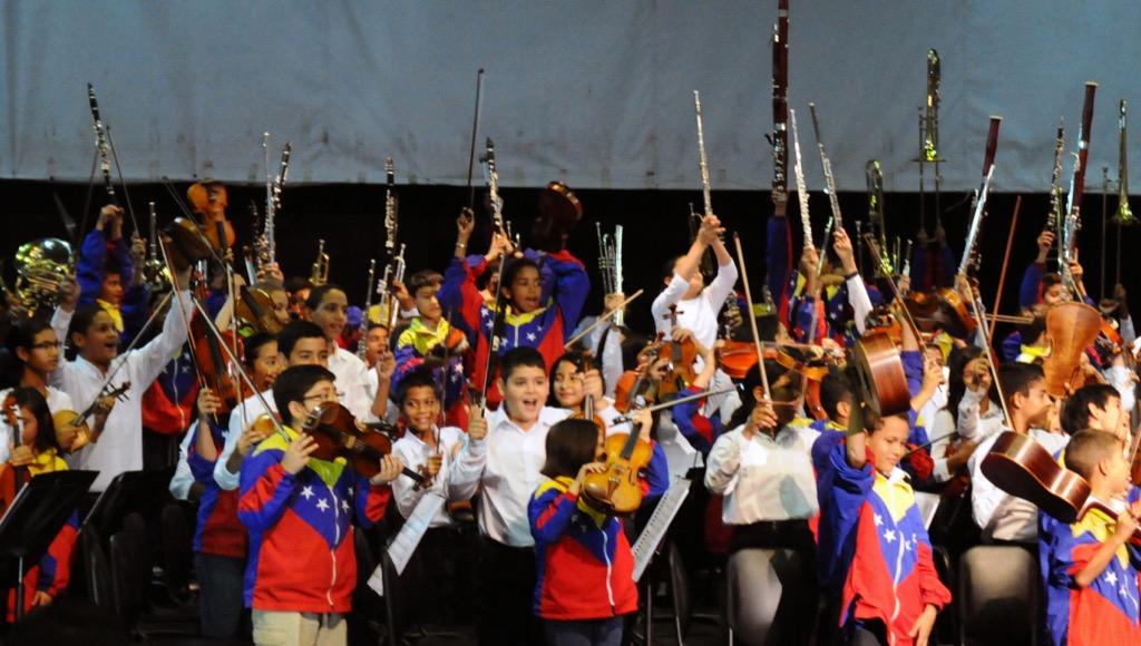 En el Teatro Armonía de la ciudad de Coro, la SNIV compartió atril con la Sinfónica Regional Juvenil e Infantil del estado Falcón, donde le fue conferida la orden Giusseppe Maiolino Conte, en su única clase a Andrés González, por su obra multiplicadora de El Sistema en la región
