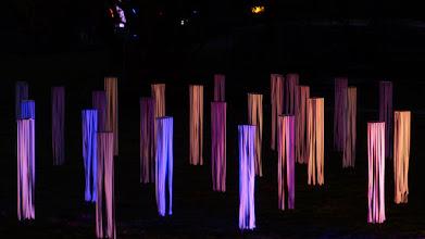 Photo: beleuchtete Flatterbänder; Lichtinstallation Wolfgang Flammersfeld und Reinhard Hartleif