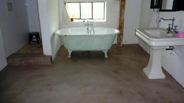 Sol de salle de bain de maison de campagne relooké dans un esprit contemporain