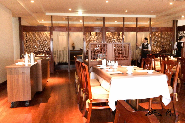 中国の豪華な家具で整えられた店内