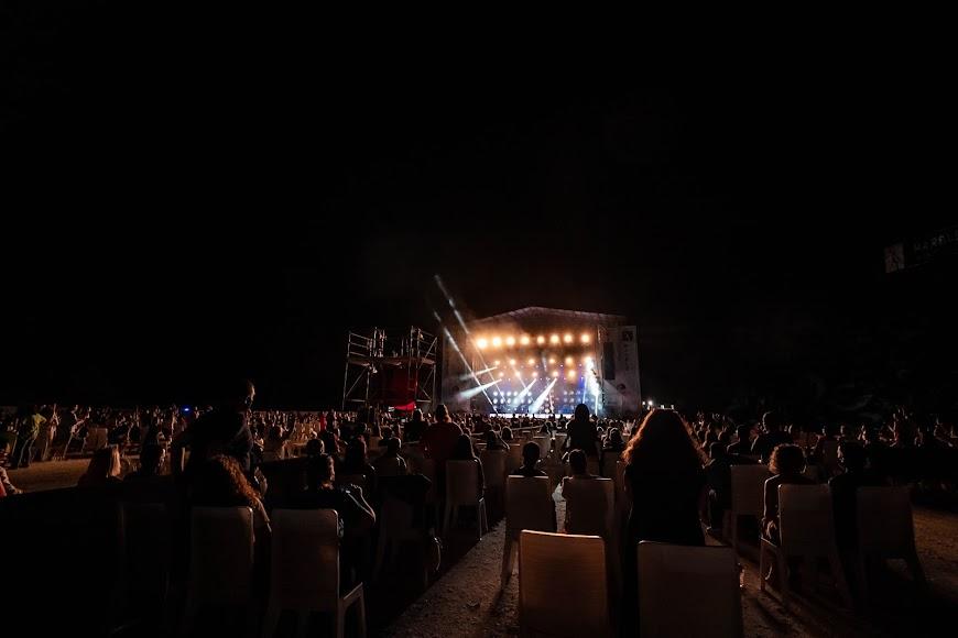 El público no paró de cantar el repertorio del artista almeriense