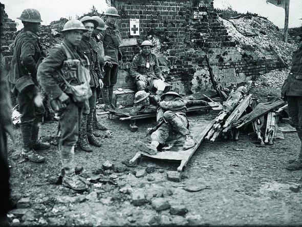 """Канадські солдати впольовому госпіталі під час битви за""""висоту 70"""" біля міста Ланс уФранції. Билися зацю гору знімцями"""