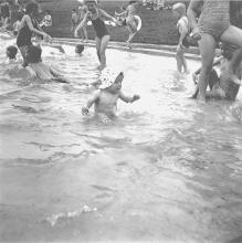 Photo: Sommer 1958: Besser Kopf über Wasser als Füße unter Land (oder so ähnlich).