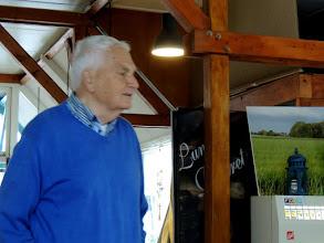 Photo: Anne vertelt waar de wandeling heen gaat op z'n Bildts natuurlijk.